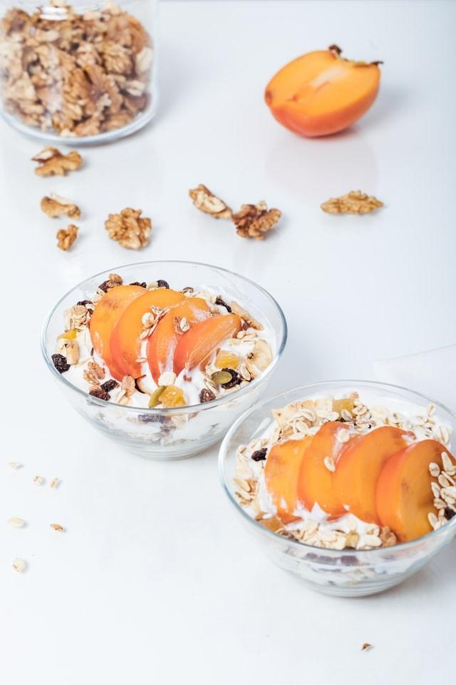yaourts blancs avec abricots, noix et céréales