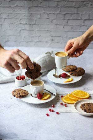 Cookies aux pépites de chocolat et farine de cacahuète avec café