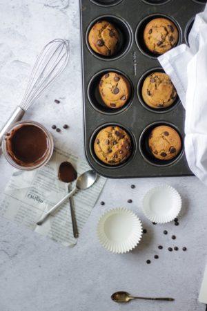 Muffins aux pépites de chocolat dans les moules