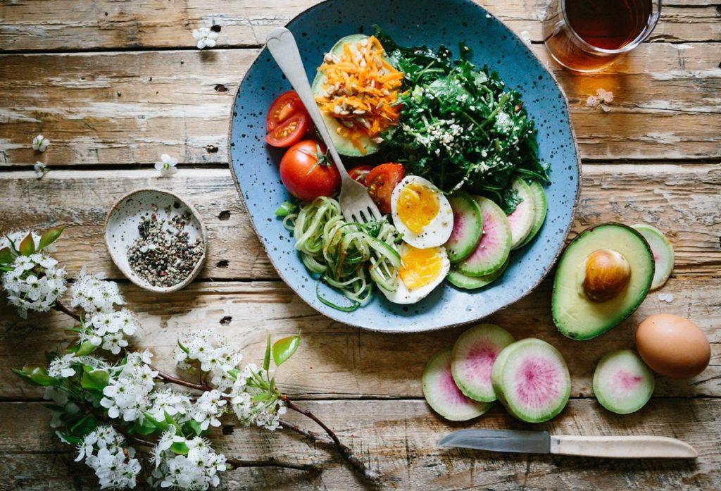 assiette salade composée et avocat