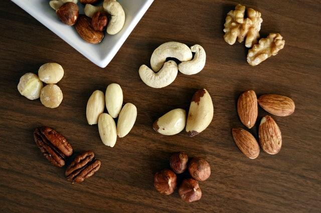 variétés de noix sur fond en bois