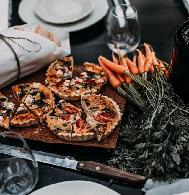 petites tartes et carottes sur table dressée