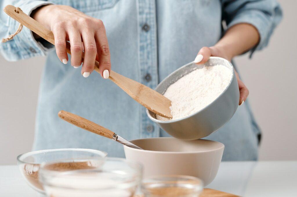 farine et cuillère en bois