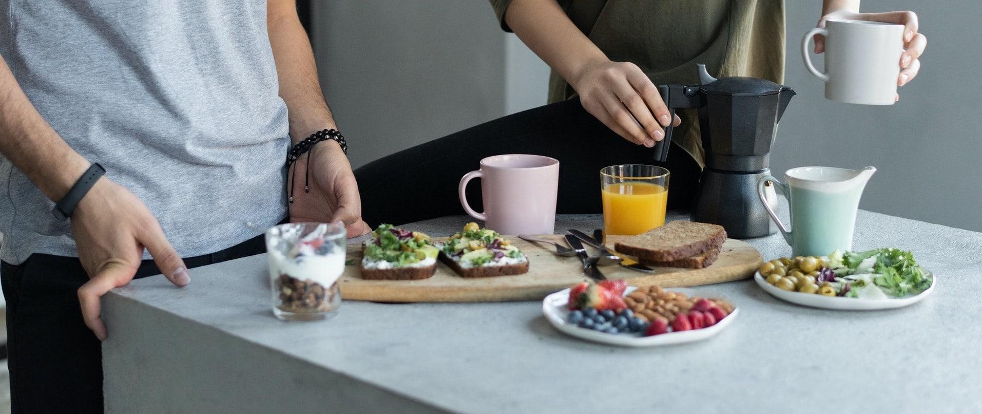 Deux personnes qui prenennt leur petit-déjeuner