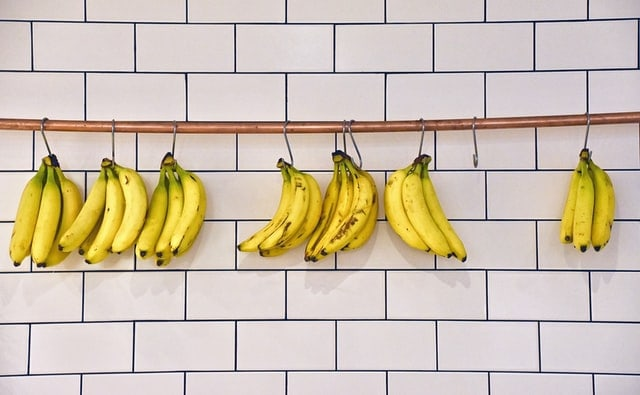 bananes suspendues à des crochets