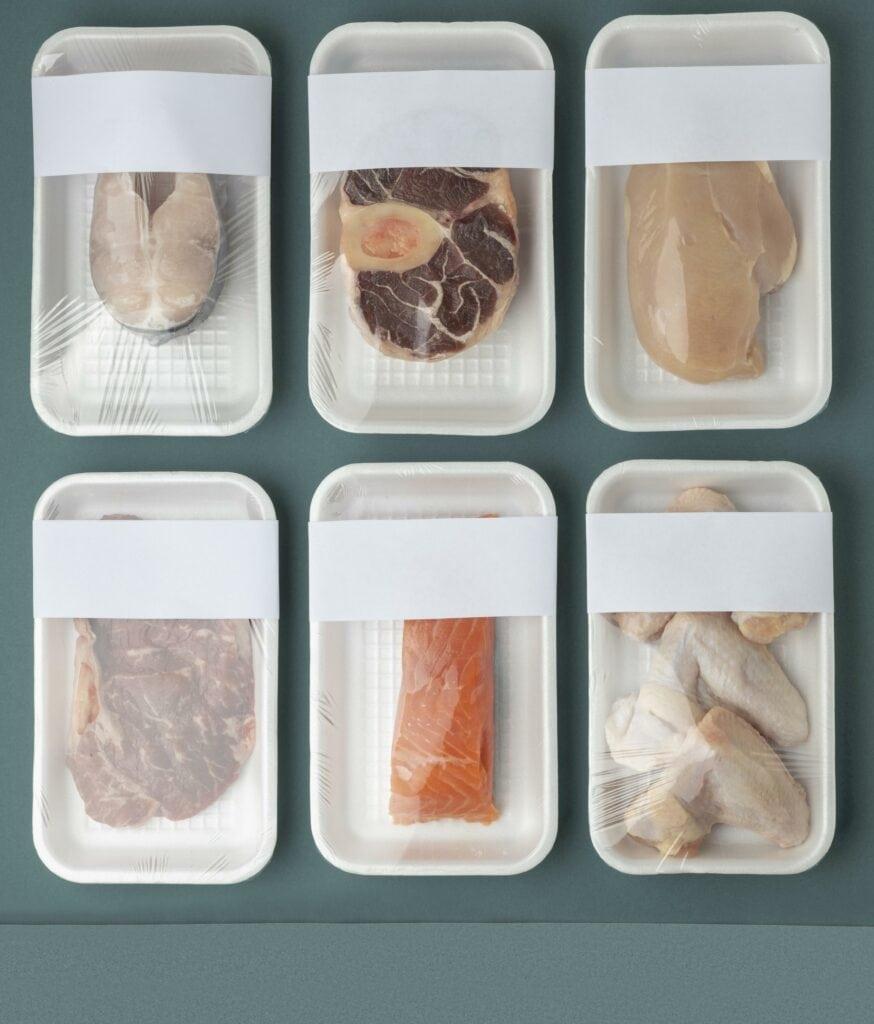 barquettes de viandes et poissons avec étiquette