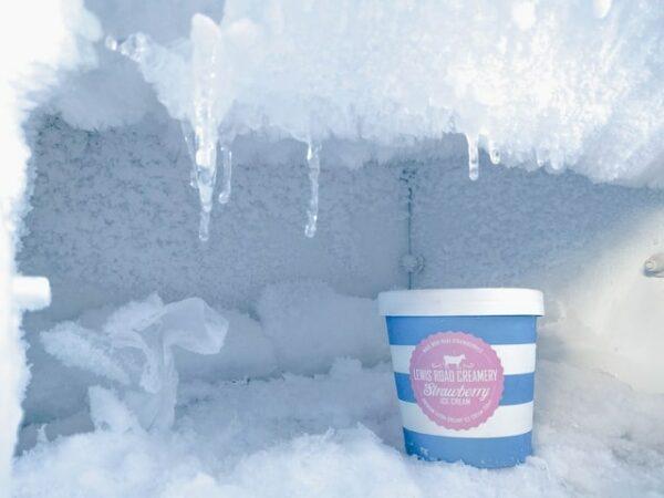 congélateur rempli de glace avec un pot