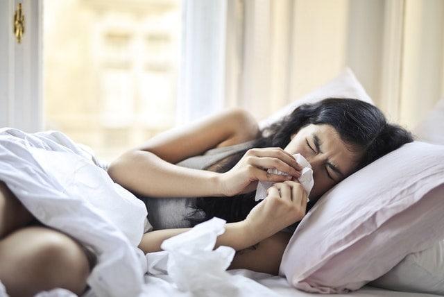 femme malade rhume