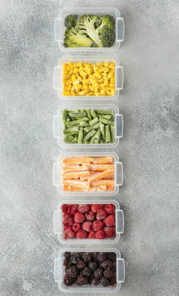 légumes surgelés colorés dans des boites