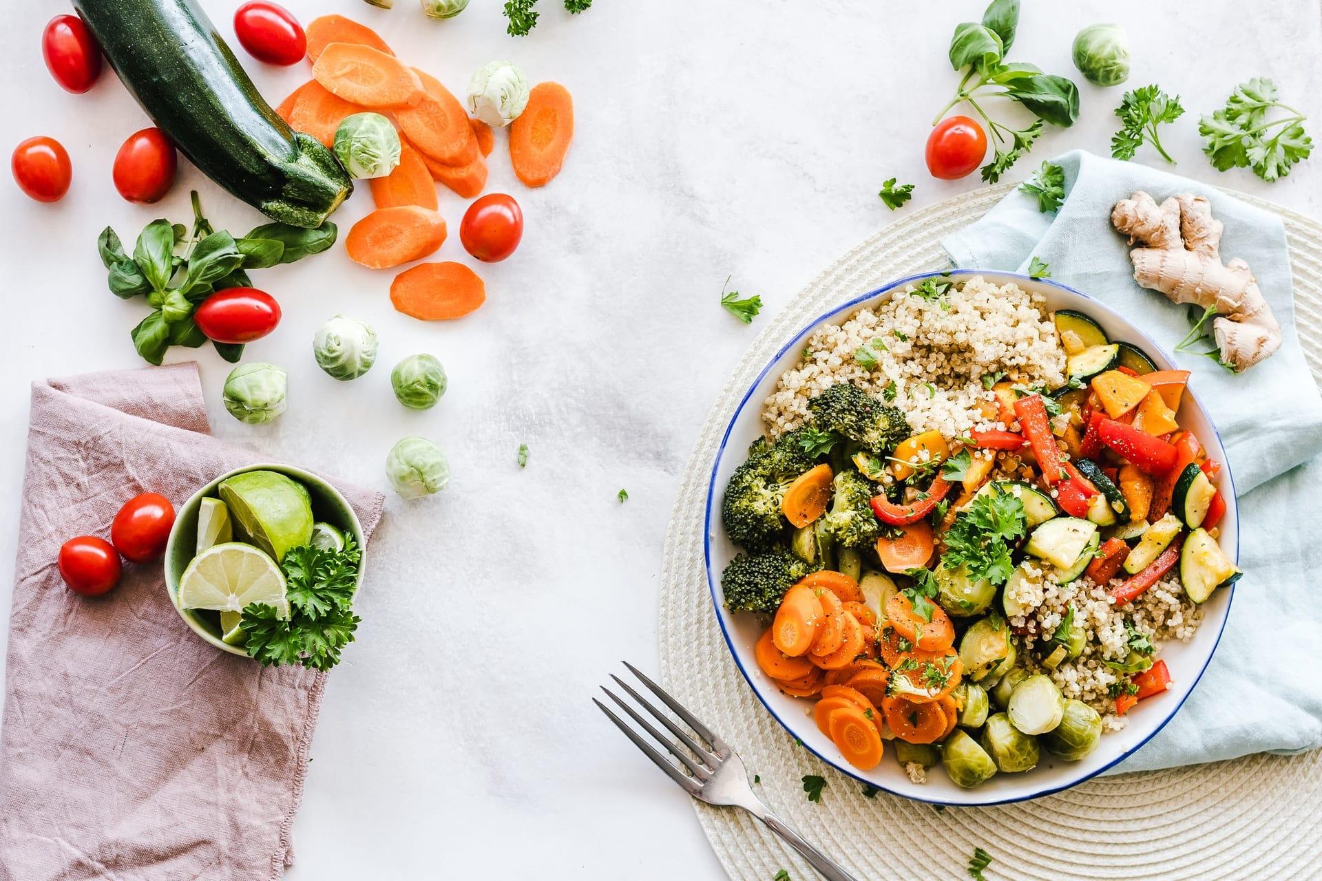 assiettes de légumes arc-en-ciel