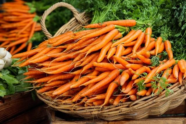 bottes de carottes dans un panier en osier
