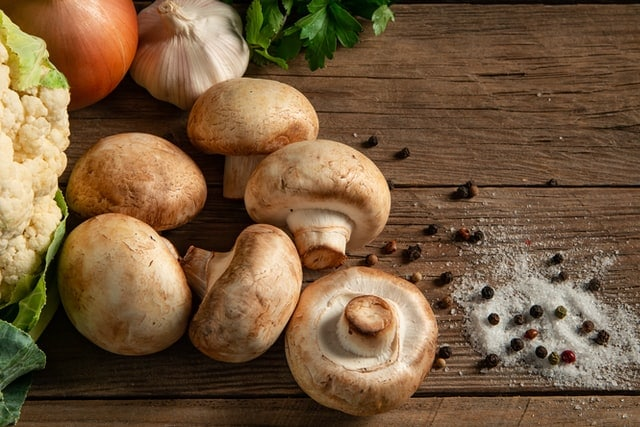 légumes blancs chou-fleur, champignons, ail et herbes