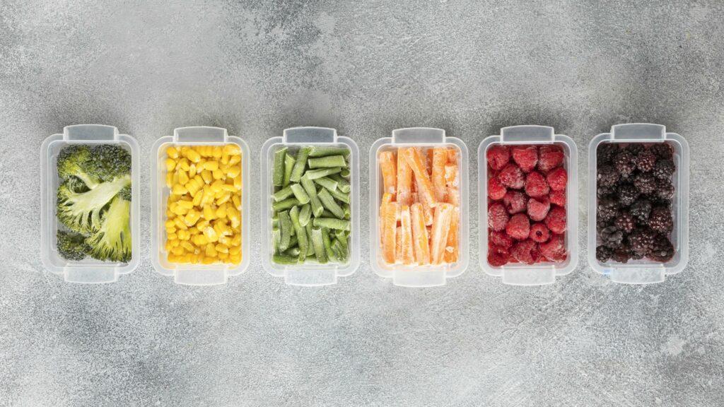 légumes surgelés colorés dans des boites - horizontal