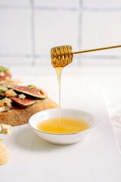 miel clair coulant sur cuillère à miel