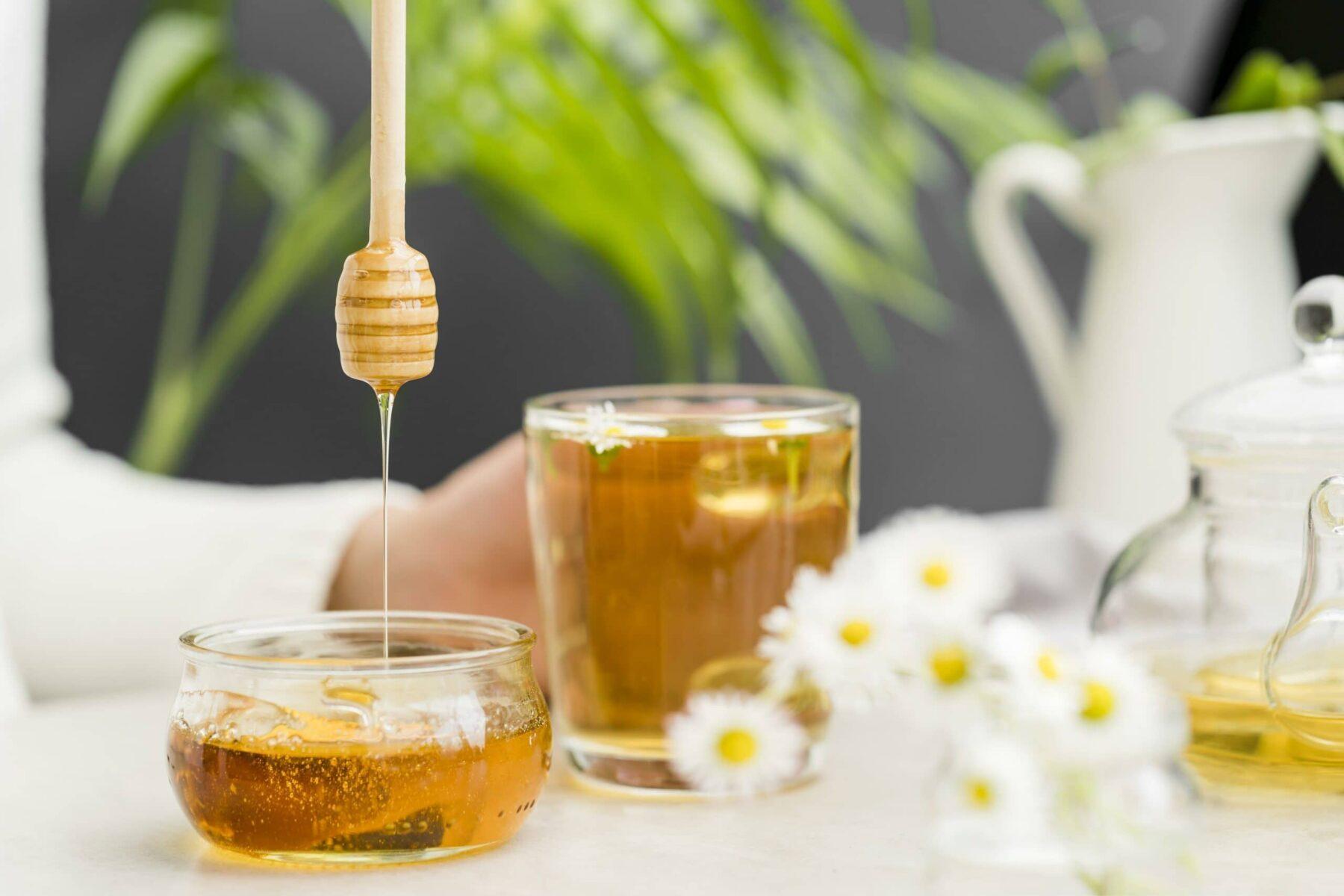 miel dans pot avec cuillère à miel
