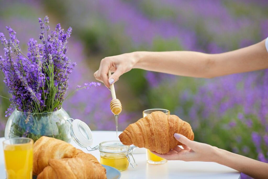 Miel de lavande dans champ de lavande sur croissant