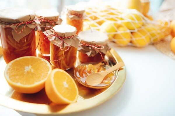 miel d'oranger dans pots avec oranges