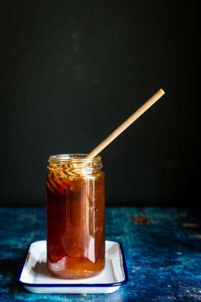pot de miel ambré foncé sur fond foncé