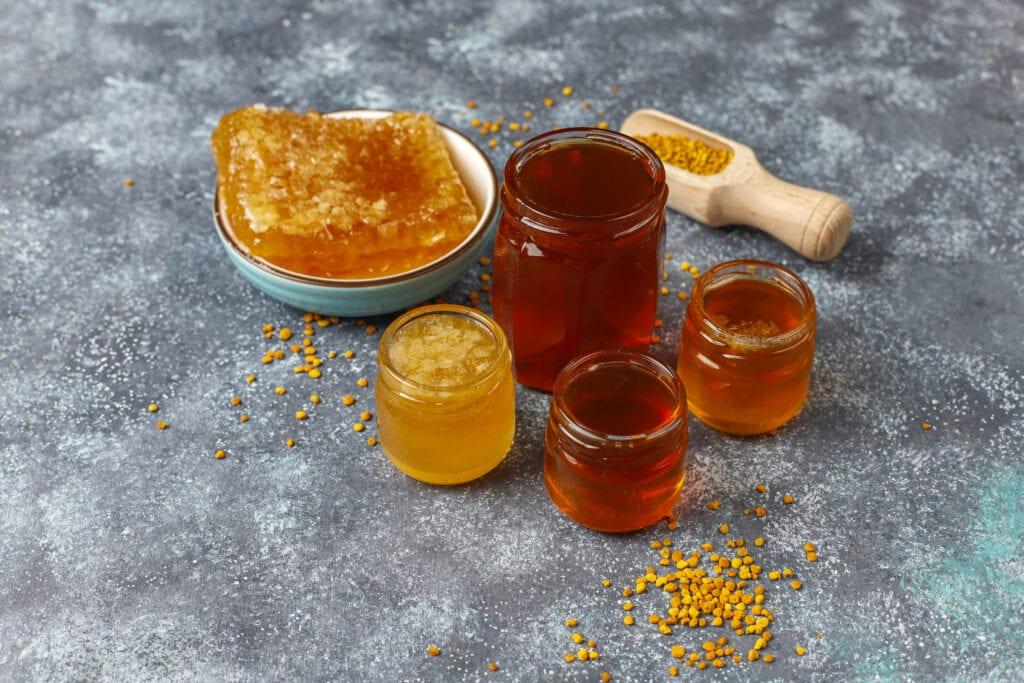 pots de miels de différentes couleurs