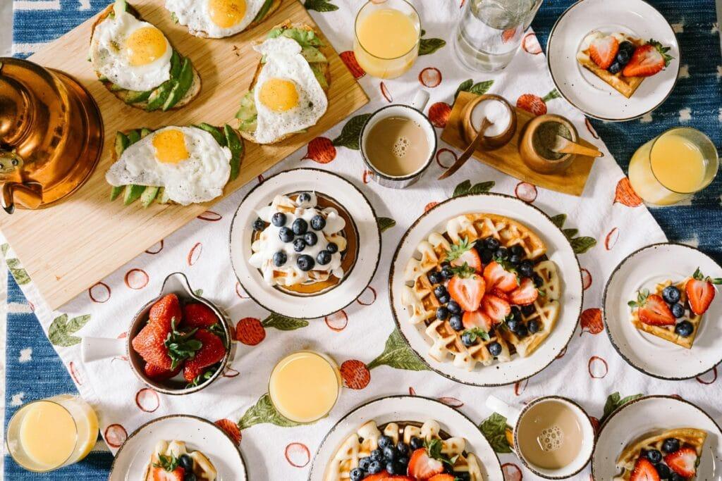 table de brunch avec fruits et oeufs
