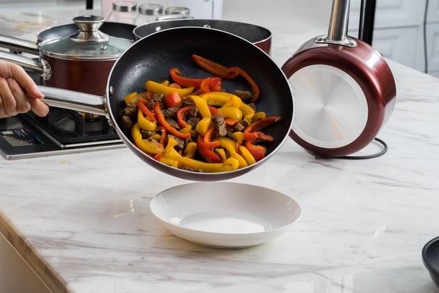 légumes et viande cuits à la poêle