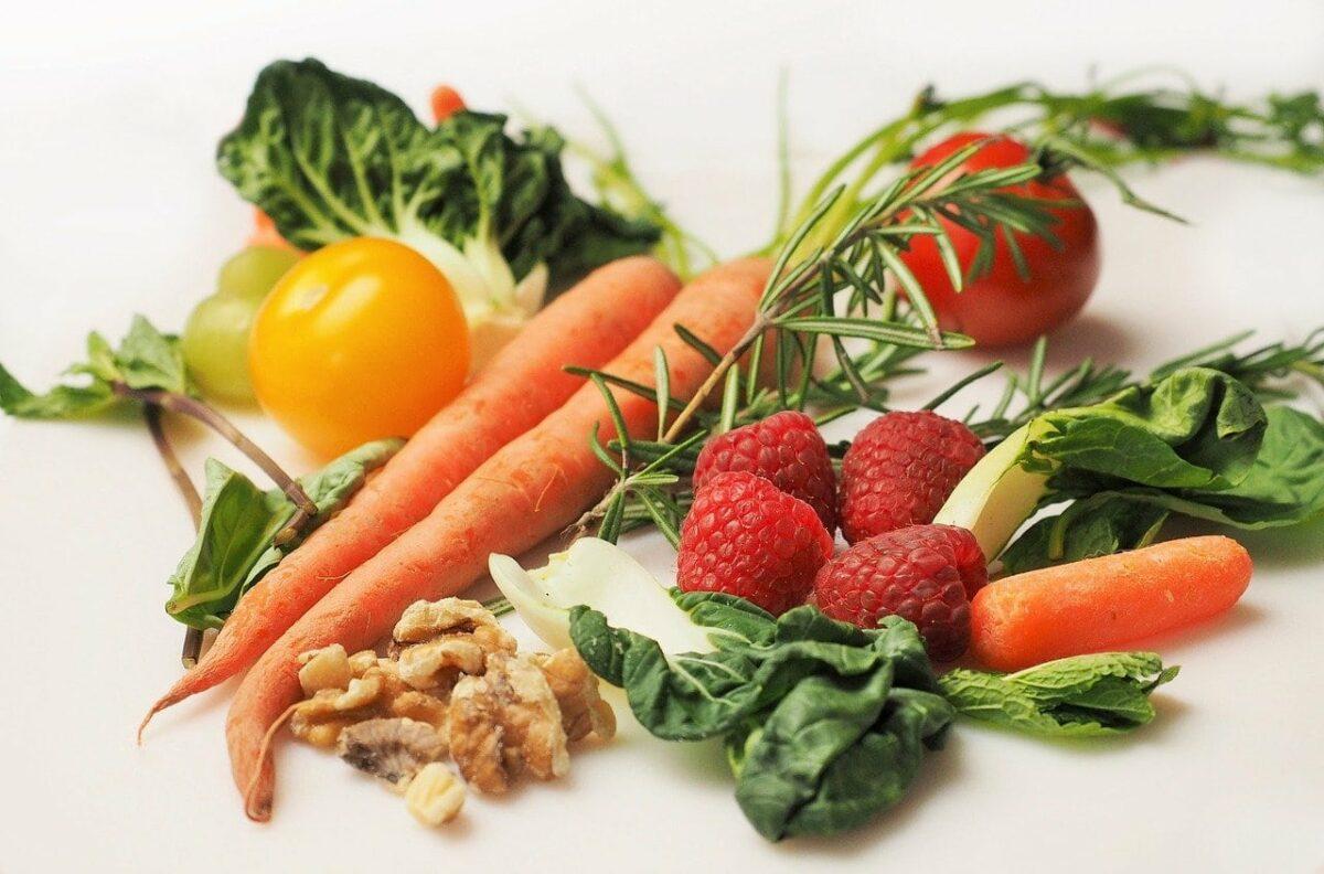 légumes fruits et noix - Image par Devon Breen de Pixabay