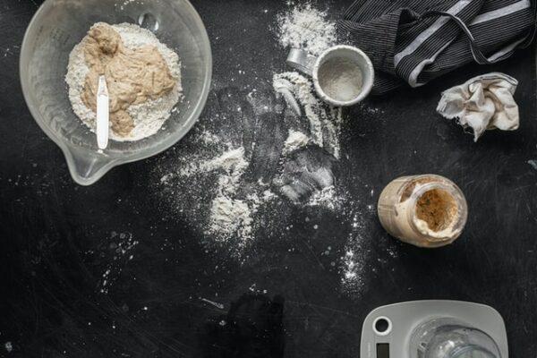 levain dans bocal en verre préparation pain fond noir
