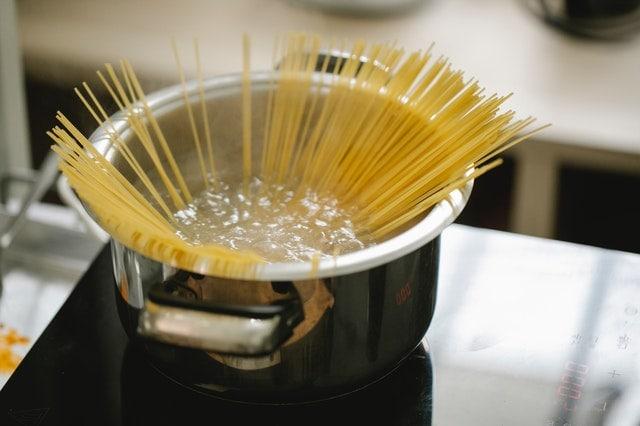 pâtes dans casserole d'eau bouillante