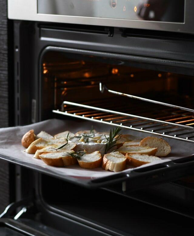 pain romarin dans four ouvert
