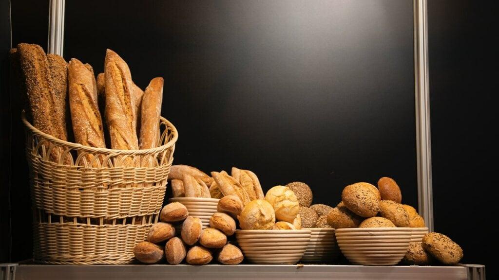 plusieurs typss de pains dans panier sur fond noir