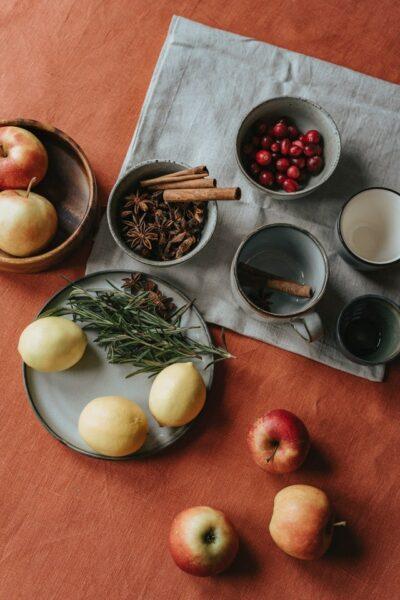 table en bois cannelle pommes citrons thym