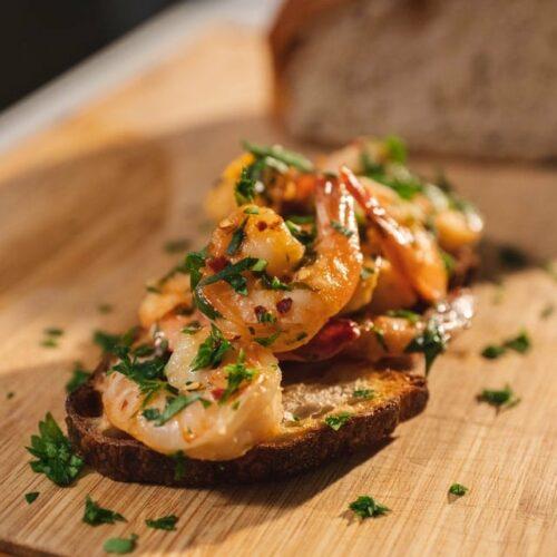 toast crevettes et coriandre sur planche en bois