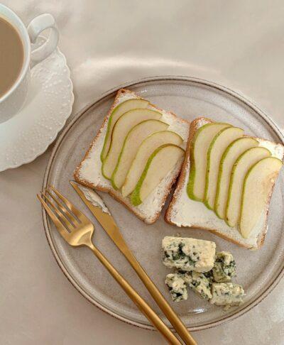 toast poires et fromage bleu couverts dorés