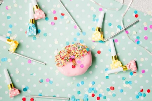 donut rose avec confettis anniversaire
