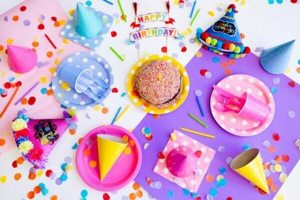 table d'anniversaire colorée rose et violet pour enfants